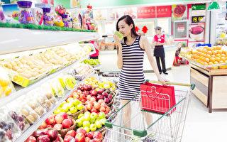 美麗的中國姑娘,在商場超市,買她最喜歡的水果和蔬菜(fotolia)