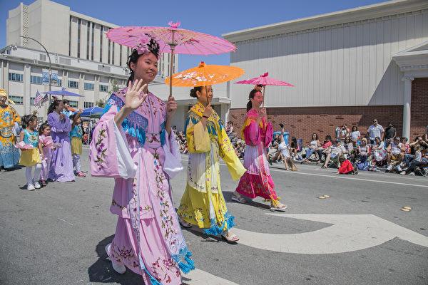 红木城游行庆祝独立日 法轮功壮大受关注