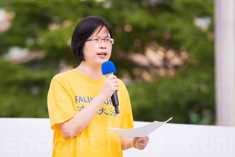 圖為台灣法輪功人權律師團發言人朱婉琪於7月16日在台北市政府廣場前舉行的反中共迫害法輪功學員悼念會上發言。(陳柏州/大紀元)