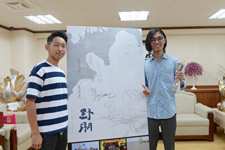 导演吕柏勋(右)与片中男主角廖博彦(左)。(云林县府提供)