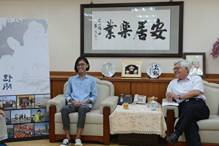 县长李进勇(右)20日在县长室与《野潮》导演吕柏勋(左)相见欢。(云林县府提供)
