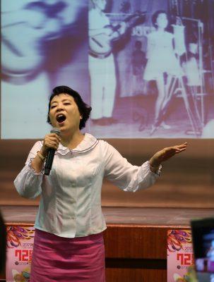 简文秀老师献唱绿岛小夜曲。(罗东镇公所提供)