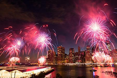 2016年7月4日纽约梅西的烟火表演。(戴兵/大纪元)