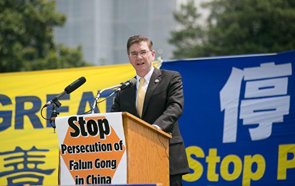 宾西法尼亚州国会众议员凯斯‧罗斯福斯(Keith J. Rothfus)表示钦佩法轮功学员多年来始终如一的和平非暴力反迫害。(李莎/大纪元)