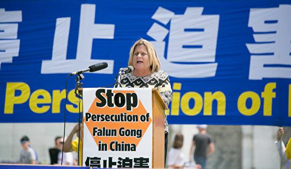 国会众议员伊丽安娜‧罗斯‧雷婷恩(Ileana Ros-Lehtinen)表示,美国国会通过343决议,向中共恶徒发出了清晰的声音——立即停止对法轮功的迫害、立即释放所有法轮功修炼者和良心犯、立即结束惨无人道的器官活摘。(李莎/大纪元)
