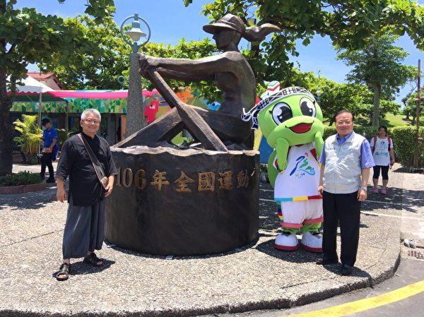 副县长朱寿骞(右)介绍艺术家江汉清(左)作品。(林周龙提供)