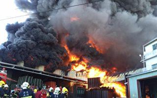 屏東萬丹一家地下塑膠棧板工廠5日早上發生火警,火勢非常凶猛,造成大量黑煙。(屏東縣萬丹鄉交流地臉書提供)