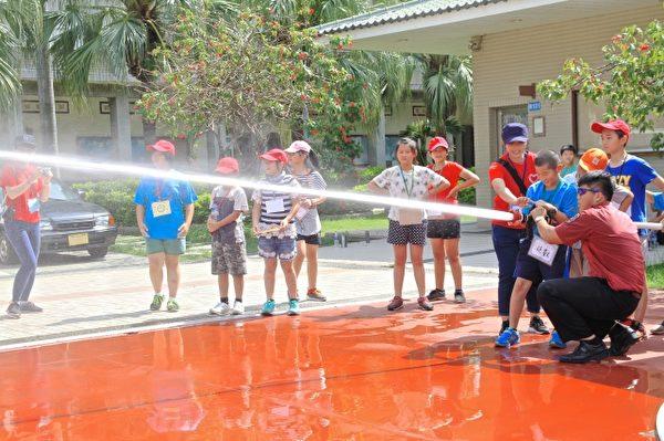 竹南消防局射水操作。(許享富/大紀元)