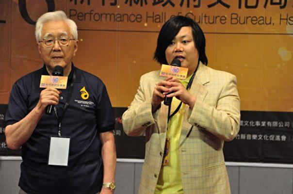 """被称为""""台湾管乐之父""""的日本音乐家秋山纪夫(左)致词。(赖月贵/大纪元)"""