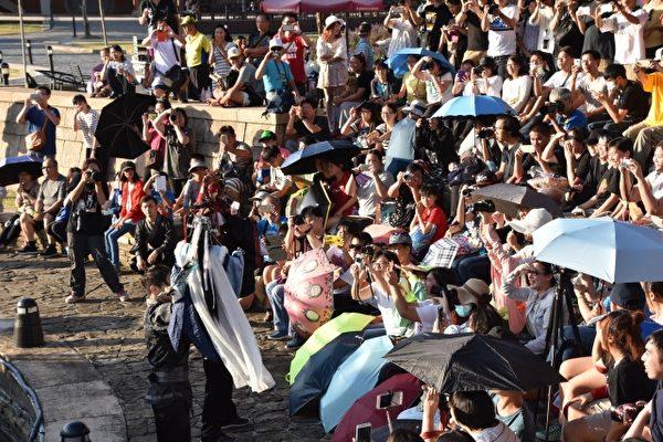 现场众多 民众不畏烈阳到场支持布袋戏。(善美的文化艺术基金会提供)