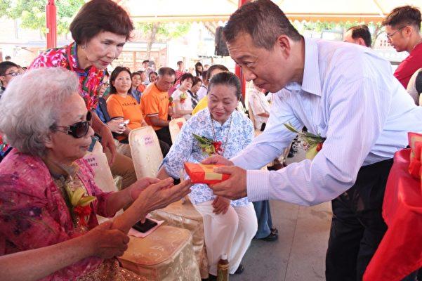 文化部杨次长将祖师饭转赠给国宝杨秀卿老师。(传艺中心提供)