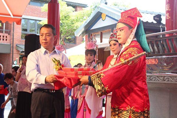 财神将祖师饭献给杨子葆次长。(传艺中心提供)