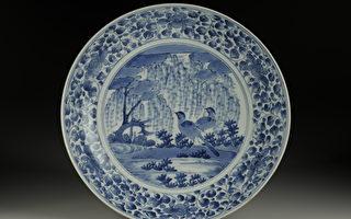日本伊萬里瓷青花柳葉鳥紋盤在故宮南院展出,發生脫落斷裂問題。(故宮/提供)