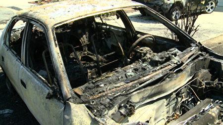 被焚毁的汽车。(刘宁/大纪元)