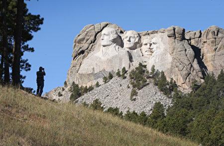 在美国南达科他州拉什莫尔山的国家公园的四位前总统华盛顿、杰斐逊、罗斯福和林肯的雕像。(Scott Olson/Getty Images)