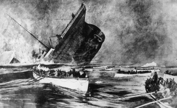 救生艇上的幸存者们,远望着铁达尼号下沉到冰冷的海水之中。 (Hulton Archive/Getty Images)