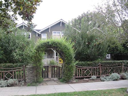 自然慵懶的植物和圍欄與工匠式屋舍渾然一體,散發著田園詩般的質樸。(灣區建築師Susan Chen提供)