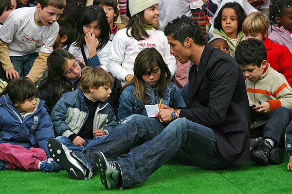 C罗给孩子们签名。 (NICOLAS ASFOURI/AFP/Getty Images)