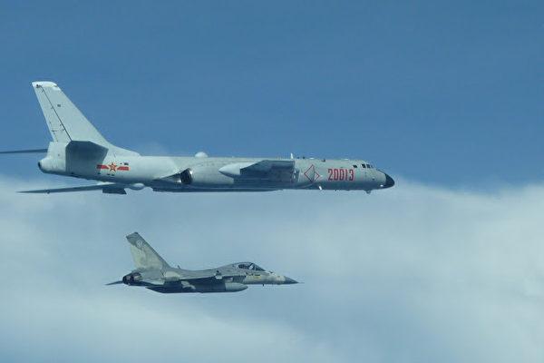 國防部21日公布台灣IDF戰機伴飛共機轟六的照片