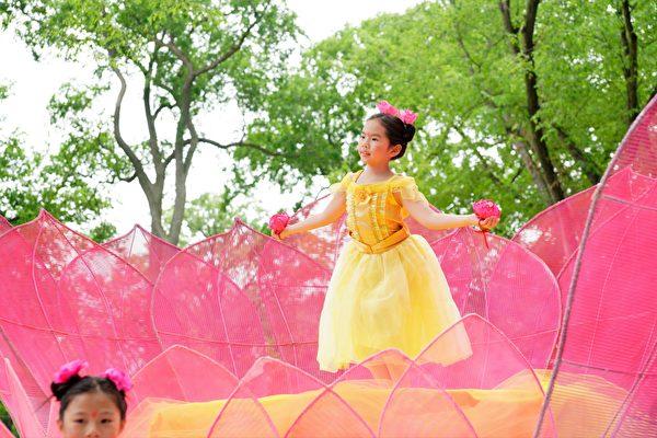 法輪功遊行隊伍的花車上小朋友在表演舞蹈。(David Yang/大紀元)