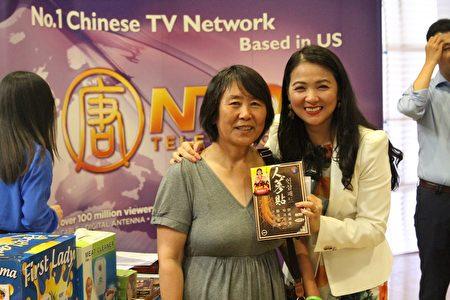新唐人健康1+1节目主持人JoJo为中奖者发奖品。(Arthur/大纪元)