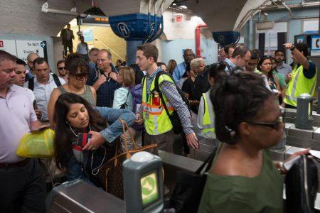 站內人員在出入口處協助轉程民眾。