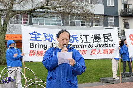 被严重迫害的法轮功学员黄国华发言,讲述他的妻子罗织湘在中共迫害下被残酷虐刑致死,并摘取器官。(歐陽雲舒/大紀元)