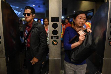 乘客持火車票轉乘地鐵。