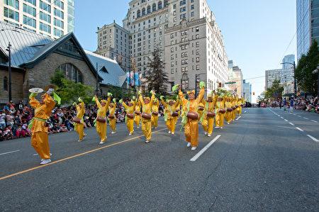 图说:温哥华150周年国庆大游行中,游行队伍各显风采。(摄影:大宇/大纪元)