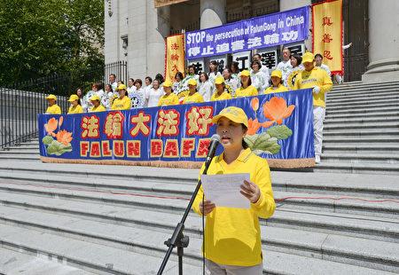 """图说:2017年7月16日,温哥华退党服务中心代表Susan,在""""720""""反迫害集会上发言。(摄影:大宇/大纪元)"""