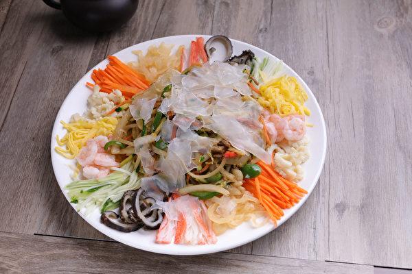 """以芥末为调料的这份""""拌凉皮"""",与中餐的大拉皮完全不同。不仅包含胡萝卜、蛋丝、粉皮、青椒、黄瓜、洋葱、地瓜等时令食材,更有虾仁、海蜇、鱿鱼、海参、蟹肉等高档海鲜,可谓精品云集,美味荟萃。 (张学慧/大纪元)"""