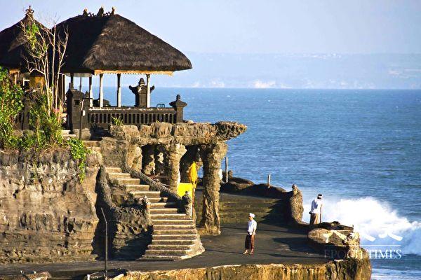西澳人青睞的海外旅遊地點,印尼排名第三。圖為印尼峇里島的著名景點海神廟。(林文責/大紀元)