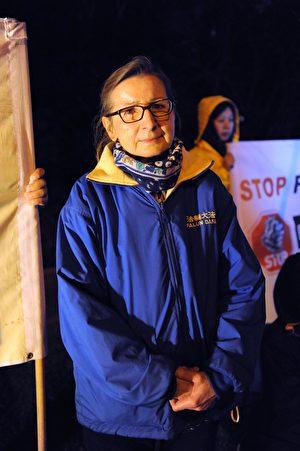 2017年7月20日晚,墨爾本百餘名法輪功學員齊聚中領館前,舉行燭光悼念活動。圖為法輪功學員Barbara Mcguirrin。(池善華/大紀元)