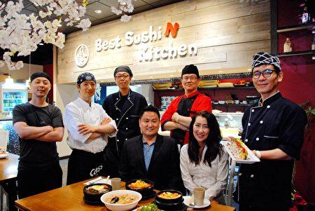 图:Best Sushi N Kitchen老板Charles Nam(前左)、料理冷食的厨师Bo Jang(后左一)、 负责热食的厨师Jeon Hyoung-Seok(后左二)和员工合影。(大纪元图片)