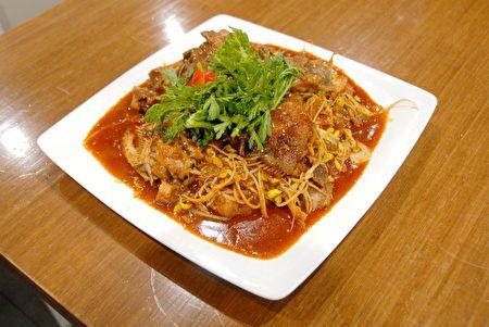 图:韩式黑鳕鱼(Braised Black Cod)。这道菜是先将黑鳕鱼蒸熟,再加入豆芽和韩式酱料翻炒而成。(大纪元图片)