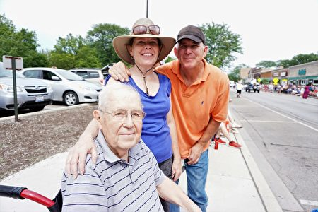James Marran先生(左一)說他來參加遊行40年了,並說這是他每年獨立日慶祝的一個重要部分,一年裡最快樂的日子。(溫文清/大紀元)