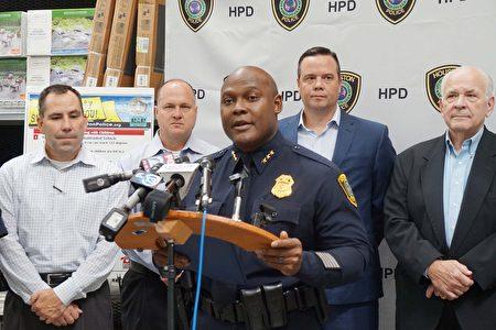 休斯顿警察局副局长Troy Finner表示孩子的安全,主要依靠家长的教导。(易永琦/大纪元)