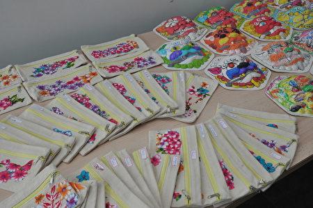 僑務委員會文化巡迴教師羅先福指導DIY的客家花布剪黏簽筆袋及劍獅等民俗藝術品。(駐法國台北代表處提供)