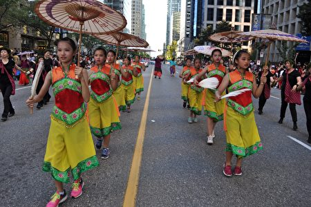 图说:温哥华150周年国庆大游行中,游行队伍各显风采。(摄影:唐风/大纪元)