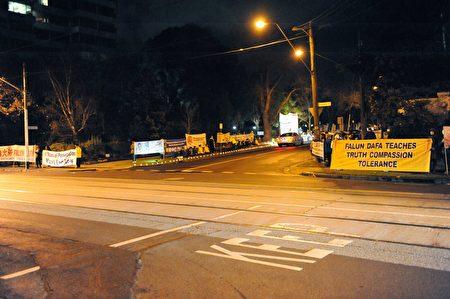 2017年7月20日晚,墨爾本百餘名法輪功學員齊聚中領館前,舉行燭光悼念活動。(池善華/大紀元)