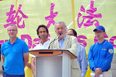 前加拿大參議員迪尼諾(Consiglio Di Nino)說,「對我來說,來參加這活動是一種榮幸。」(周行/大紀元)