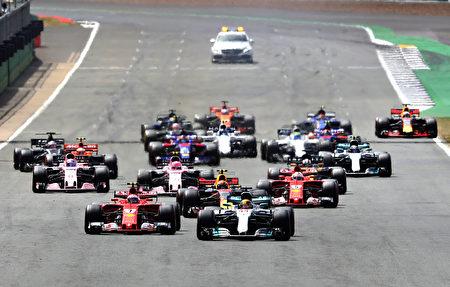 F1英國站在銀石賽道舉行。圖為比賽發車後的情景。 (Mark Thompson/Getty Images)