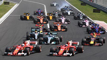 F1匈牙利站比賽開始後,頭排發車的兩輛法拉利賽車沖在最前面。(ATTILA KISBENEDEK/AFP/Getty Images)