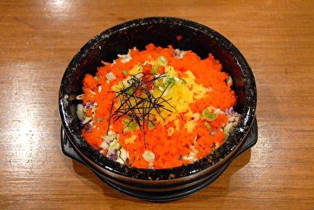 """图:韩式鱼籽饭(Fish Egg with rice in stone bowl)。负责热食的厨师Jeon Hyoung-Seok说:""""很多亚洲人,特别是中国人、日本人喜欢这道韩式鱼籽饭。"""" (大纪元图片)"""