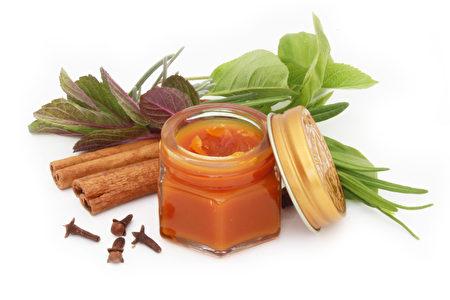 外敷膏药有助于活血化瘀、消肿止痛。(Fotolia)