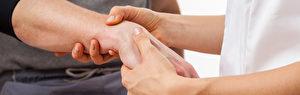 伤科传统在骨折复位同时是要理筋的。(Fotolia)