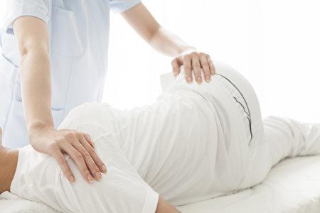 古时候中医在治疗骨折时有相当严谨的整复技术。(Fotolia)