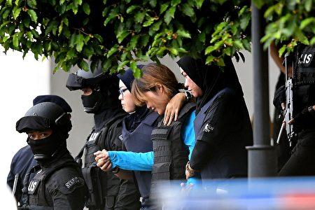 越南籍女子段氏香今年4月离开法院时受到重兵保护。(MANAN VATSYAYANA/AFP/Getty Images)