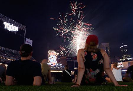 周二(7月4日)是美国独立日,也是美国国庆日。美国各地会举行花车游行、烧烤、野餐以及家庭聚会等活动。当然,最具象征性的活动要属烟花秀了。(Photo by Hannah Foslien/Getty Images)
