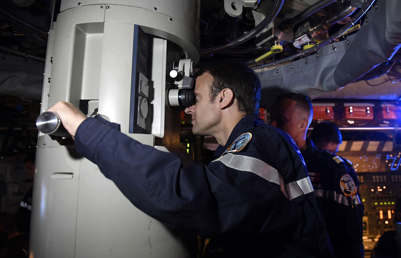 馬克宏在「可畏號」待了幾個小時並參與其演習。(TANNEAU/AFP/Getty Images)